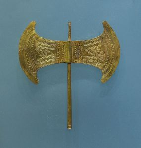 Small_golden_double_head_minoan_axe_archmus_Heraklion
